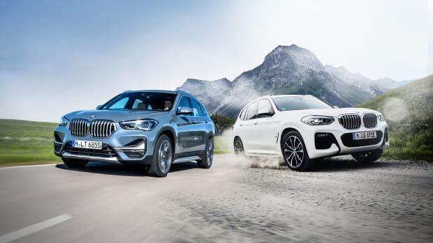 Der SUV BMW X1 und der Geländewagen BMW X3 fahren in einer Fotomontage nebeneinander