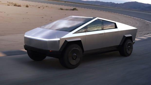 Tesla Cybertruck fahrend auf einer Rennbahn