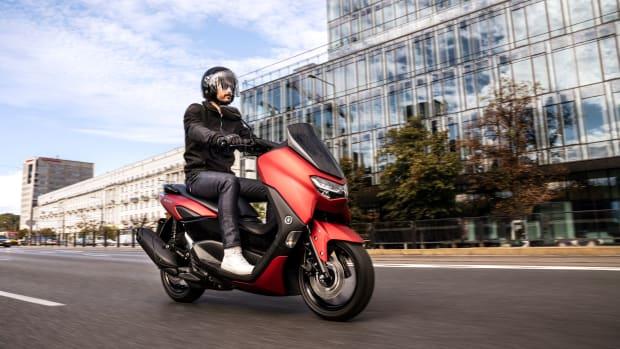 Der neu City Roller Yamaha NMAX 125 fährt durch die Stadt