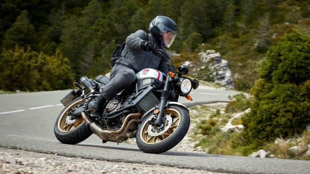 Yamaha XSR 700 fahrend in der Kurve