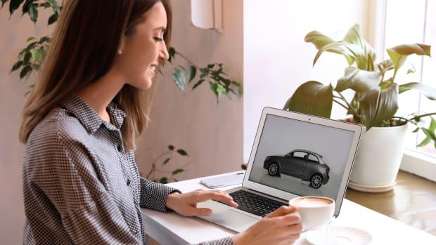 Frau kauft Auto im Internet