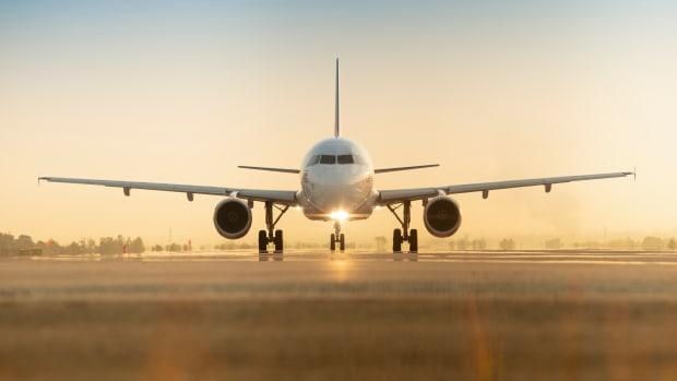 Ein Flugzeug steht auf einer Landebahn