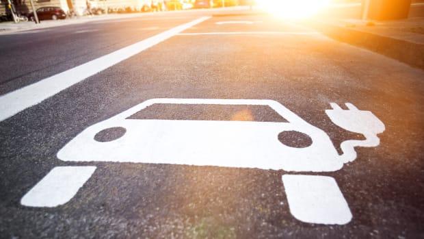 Symbol für Ladestation von Elektroautos auf dem Asphalt