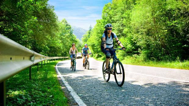 drei Fahrradfahrer auf einer Landstrasse