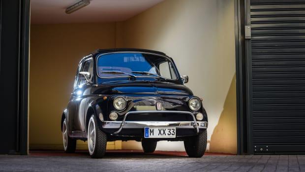 alter Fiat 500 in einer Garage