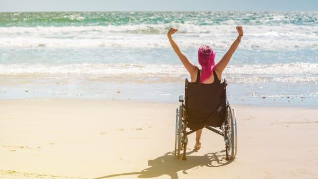 Eine Rollstuhlfahrerin am Strand