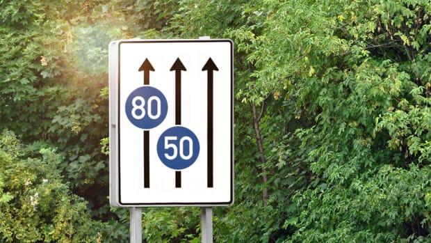 Verkehrsschild mit Mindestgeschwindigkeit auf der Autobahn