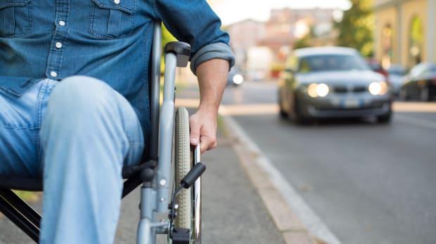 Ein Rollstuhlfahrer im Strassenverkehr