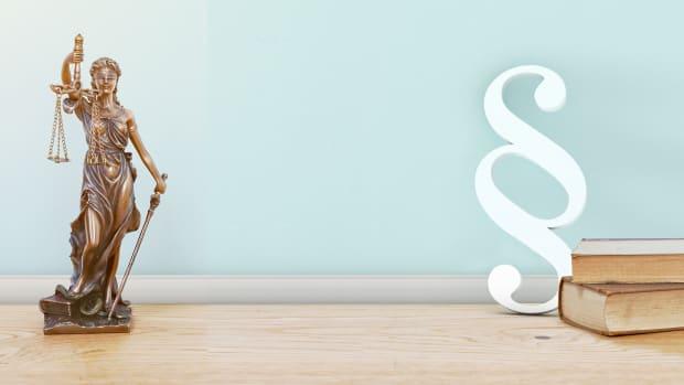 Justizia-Statue auf einem Tisch