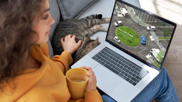 Frau liest die Motorwelt Premium als E-Paper am Laptop