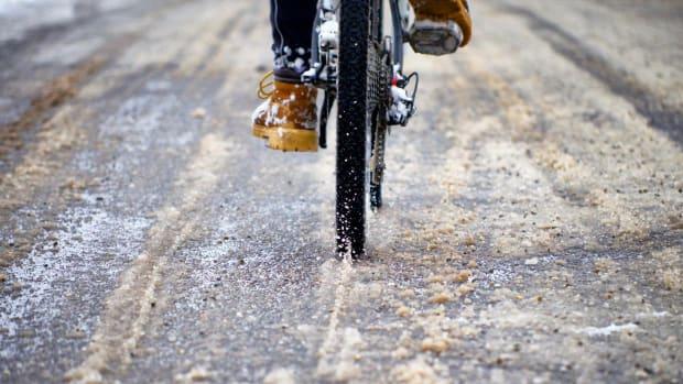 Radfahrer auf Schnee