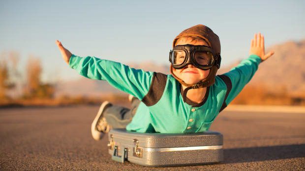 Ein Kind geht auf Reisen