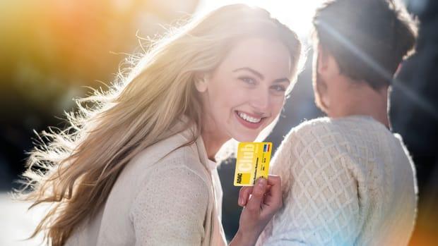 Frau hält ADAC Clubkarte in der Hand
