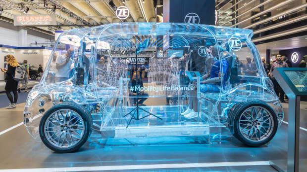 Futuristisches Vehicle aus transparentem Plexiglas mit der Aufschrift Mobility Life Balance auf der IAA Messe Frankfurt 2019