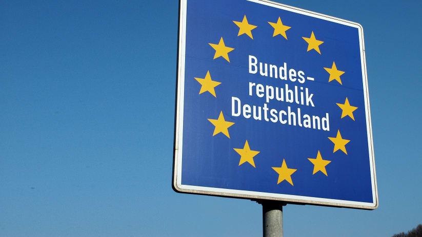 Eine Nahaufnahme eines Grenzschildes der Bundesrepublik Deutschland