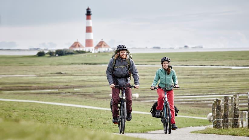 Fahrradfahrer am Westerhever Leuchtturm in Schleswig Holstein