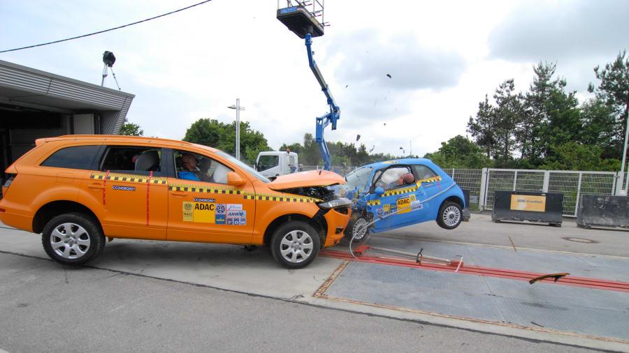 Ein Crashtest mit einem Audi Q7 und einem Fiat 500