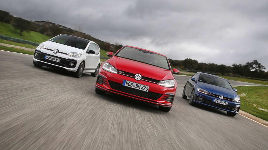 VW GTI VW GTI Up und VW Polo fahren auf einer Strasse