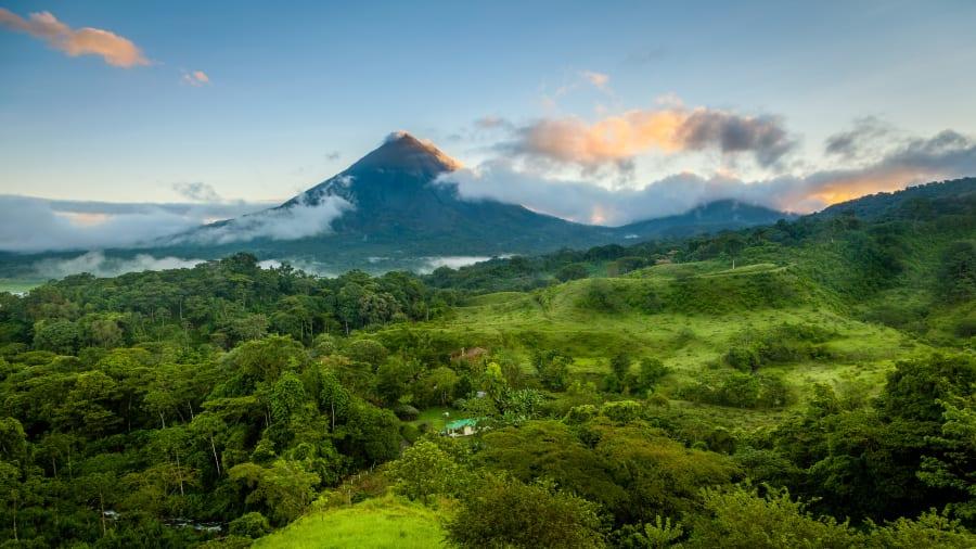Eine Landschaftsaufnahme mit Vulkan in Costa Rica