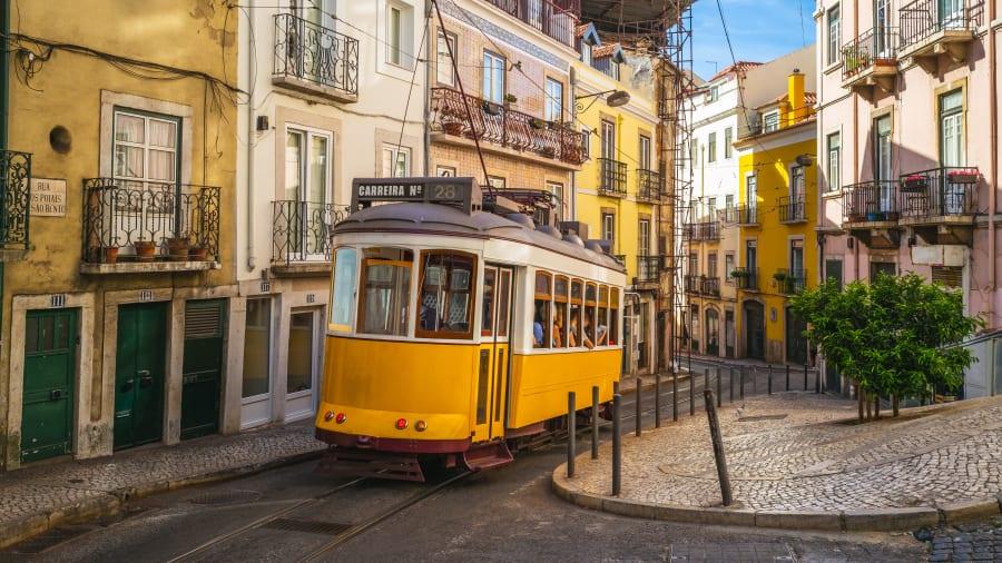 Straßenbahn Nummer 28 fährt durch die Altstadt von Lissabon