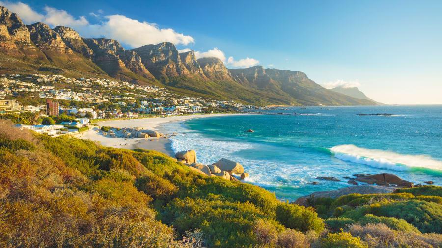 Aufnahme vom Strand und im Hintergrund die Berge der 12 Apostel in der Nähe von Kapstadt