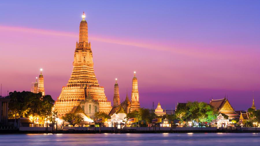 Der Königstempel in Bangkok erleuchtet in den Abendstunden