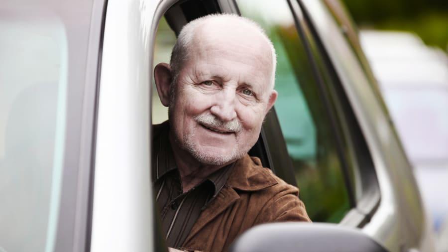 ein älterer Herr am Steuer eines Autos