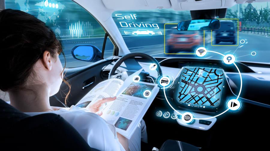 Frau in einem autonom fahrenden Auto