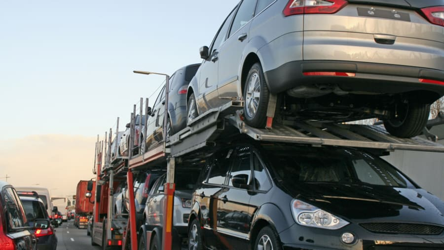 Autos auf einem Transporter