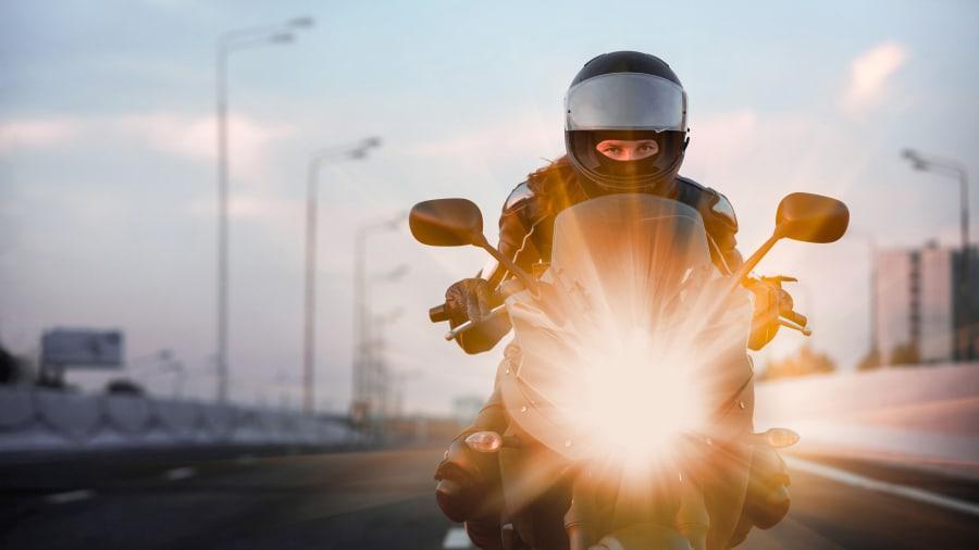 Motorradfahrer fährt auf Strasse