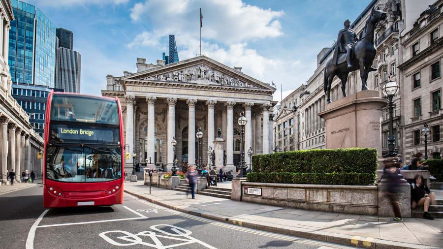 ein roter Bus fährt durch London