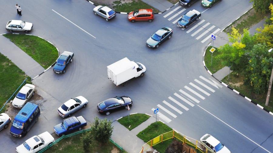 mehrere Autos an einer Kreuzung