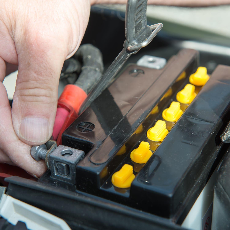 Batterie abklemmen