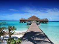 Holzpfahlbauten auf den Malediven im Meer