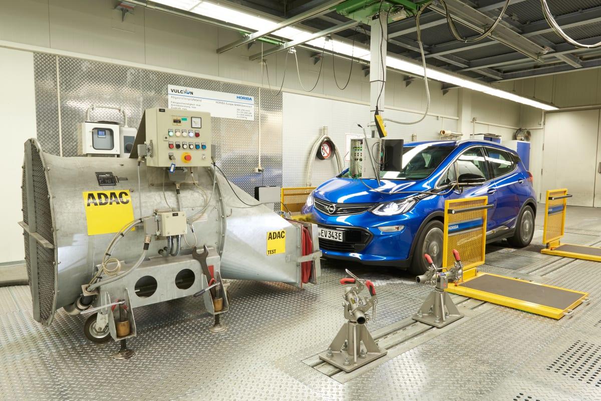 Blauer Opel Ampera auf dem Prüfstand