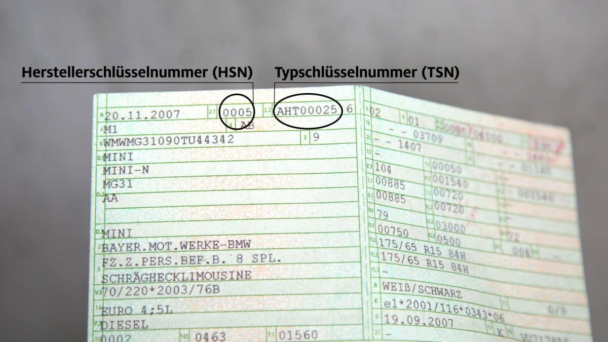Detailaufnahme eines Führerscheins mit markierter HSN und TNS Nummer