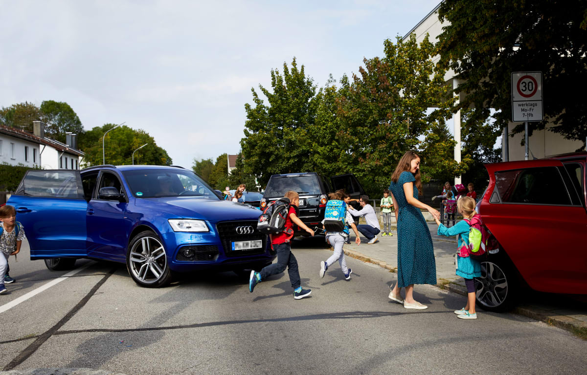 Kinder steigen aus Autos vor Schule aus und verursachen Chaos