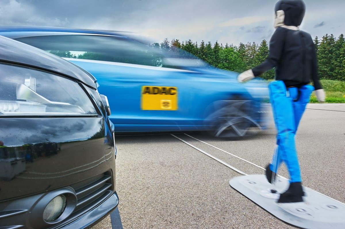 Simulierte Crash-Szene zwischen Auto und Fußänger bei einem ADAC Autotest