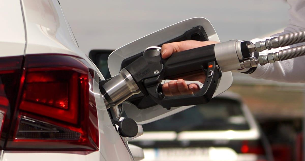 Seat Arona mit Erdgas-Antrieb wird betankt. Man sieht den Tankstutzen im Close-Up