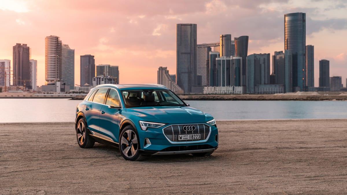 blauer Audi E-Tron Quattro seht vor einer Skyline