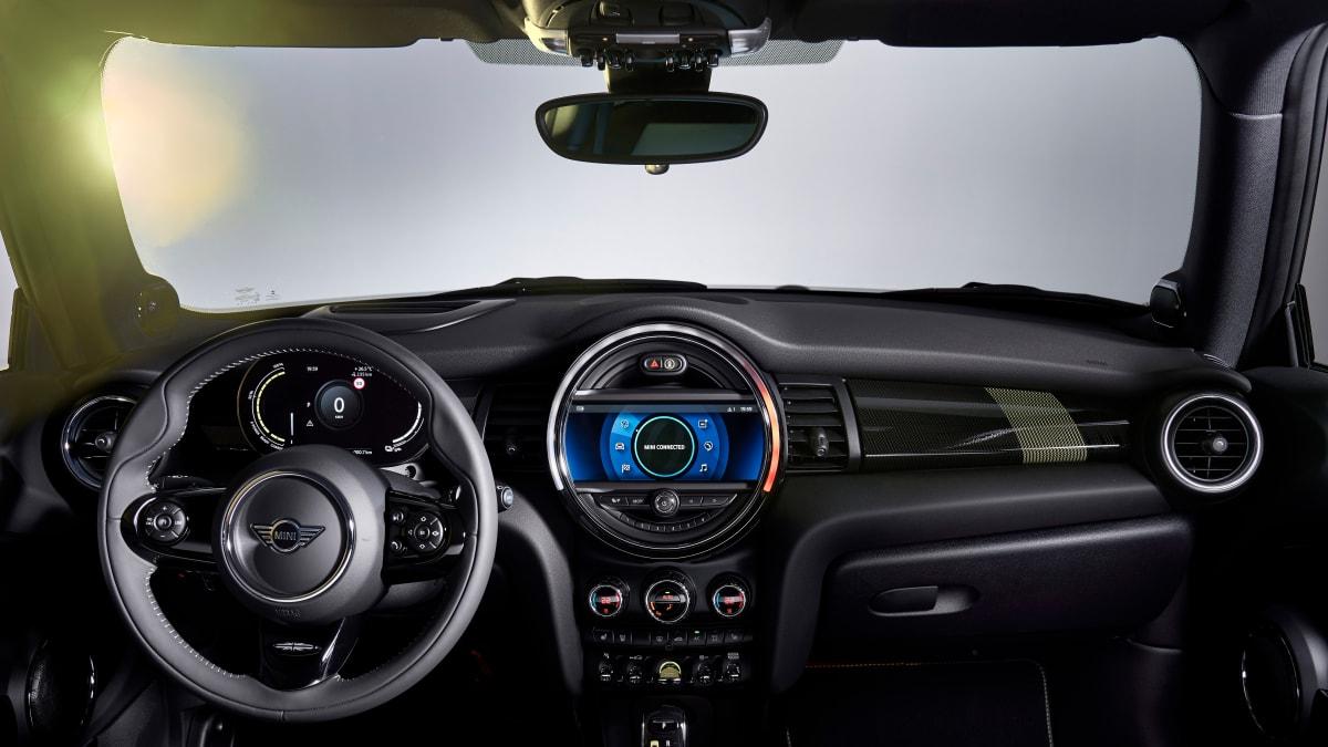 Cockpit eines BMW Mini Cooper SE