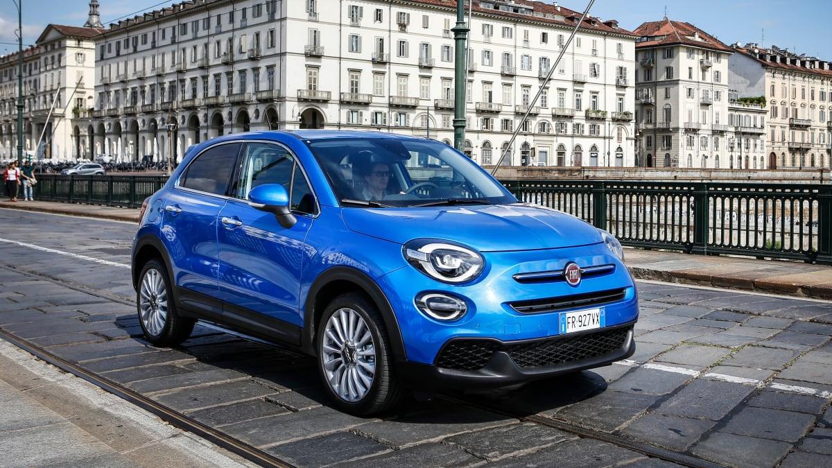 Blauer Fiat 500 X faehrt auf Strasse