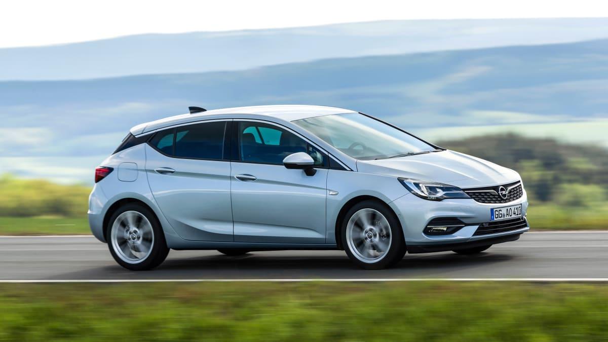 silberner Opel Astra K faehrt auf Strasse