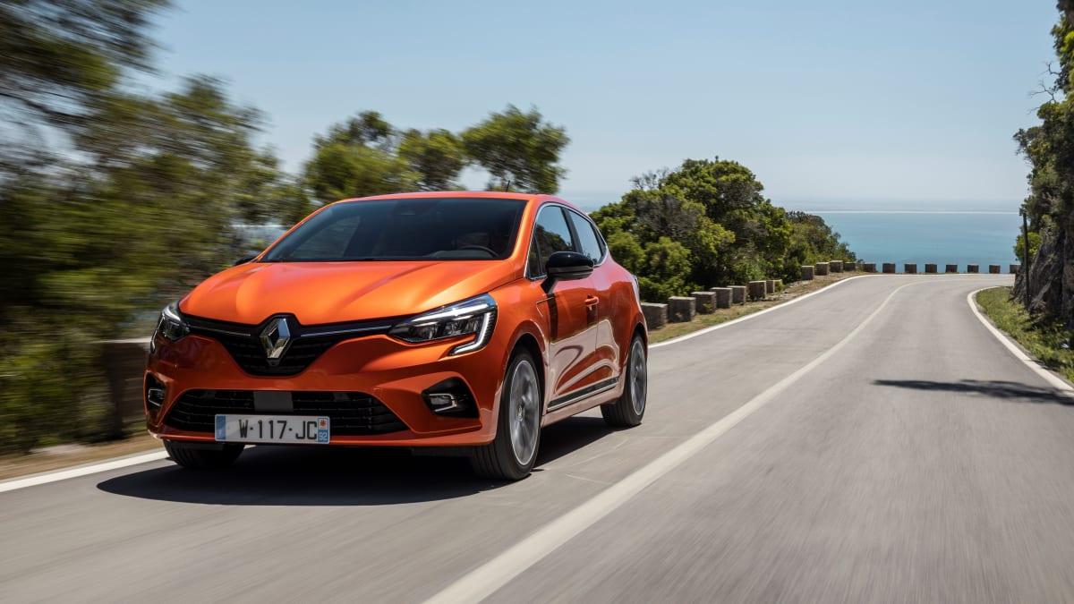 roter Renault Clio faehrt auf Strasse