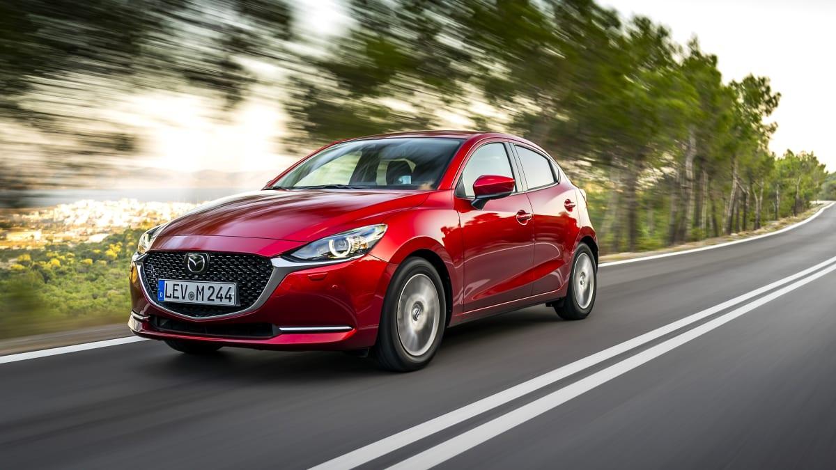 Front und Seitenansicht des Mazda 2 fahrend