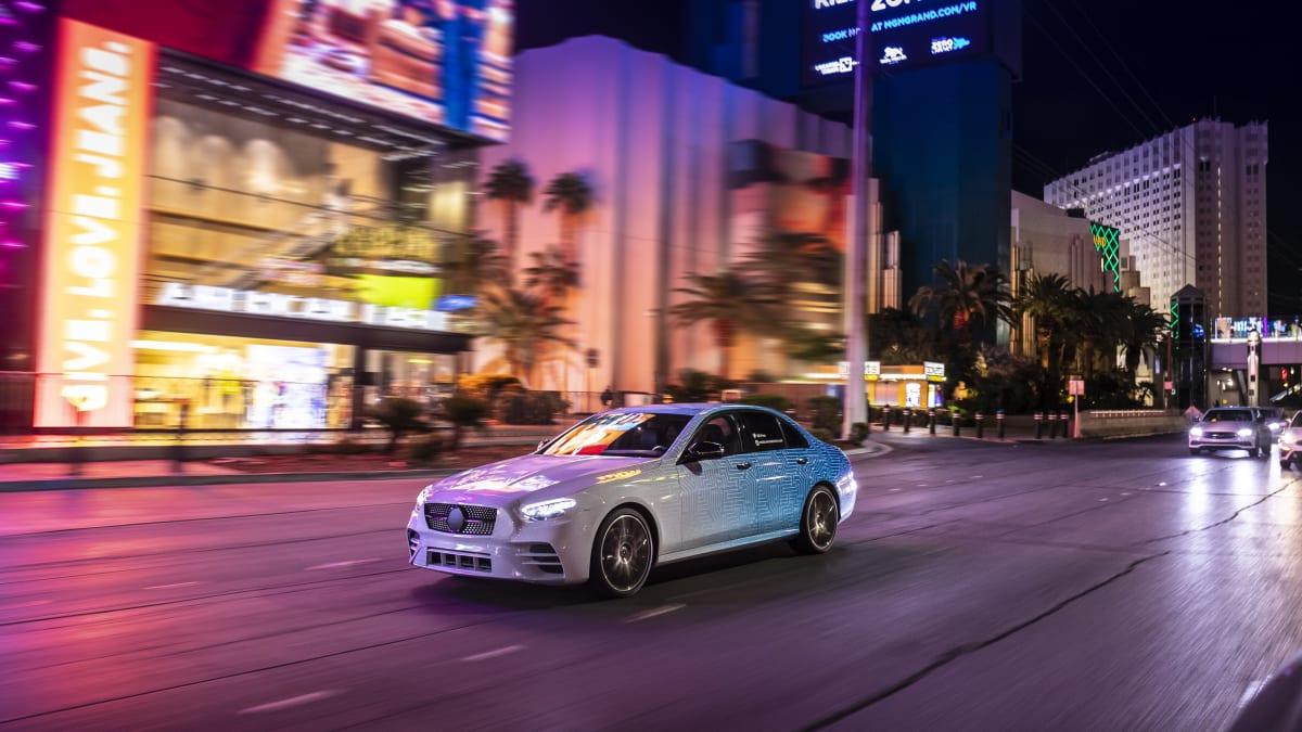 Mercedes E-Klasse fahrend in Las Vegas