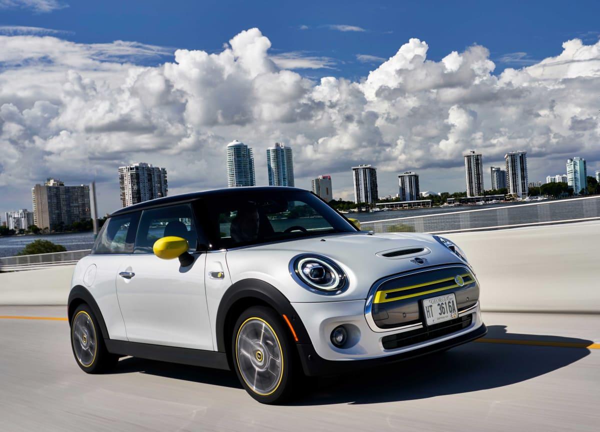 der neue Mini Elektro Electric Auto fährt auf der Strasse in Amerika