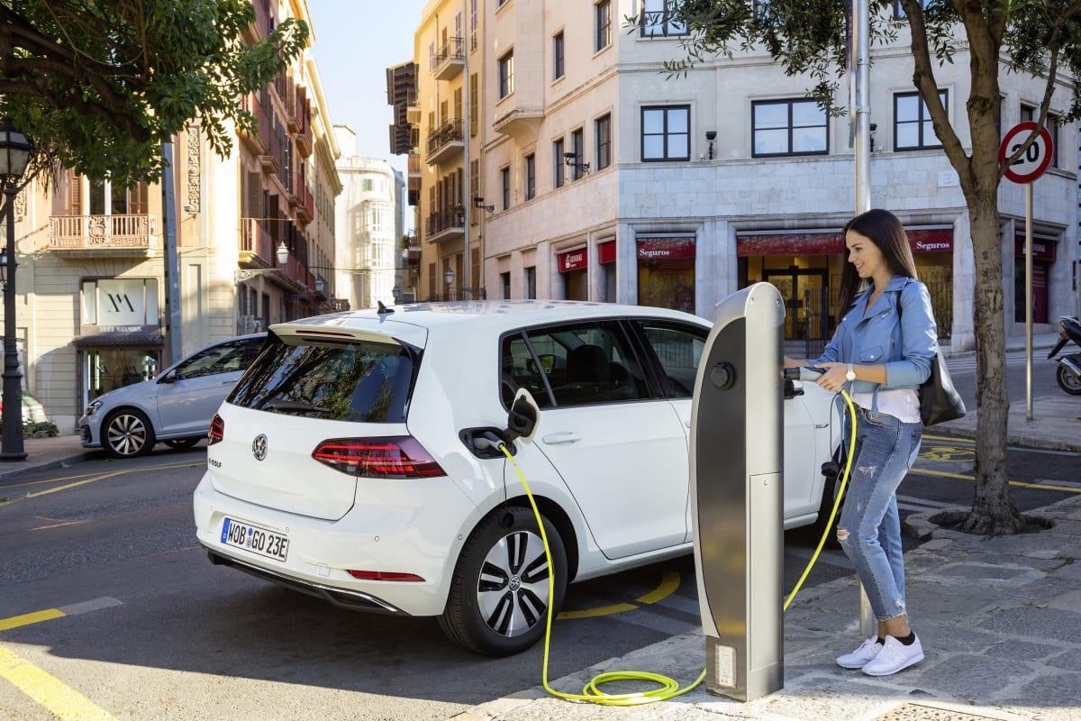 Frau lädt VW e-Golf