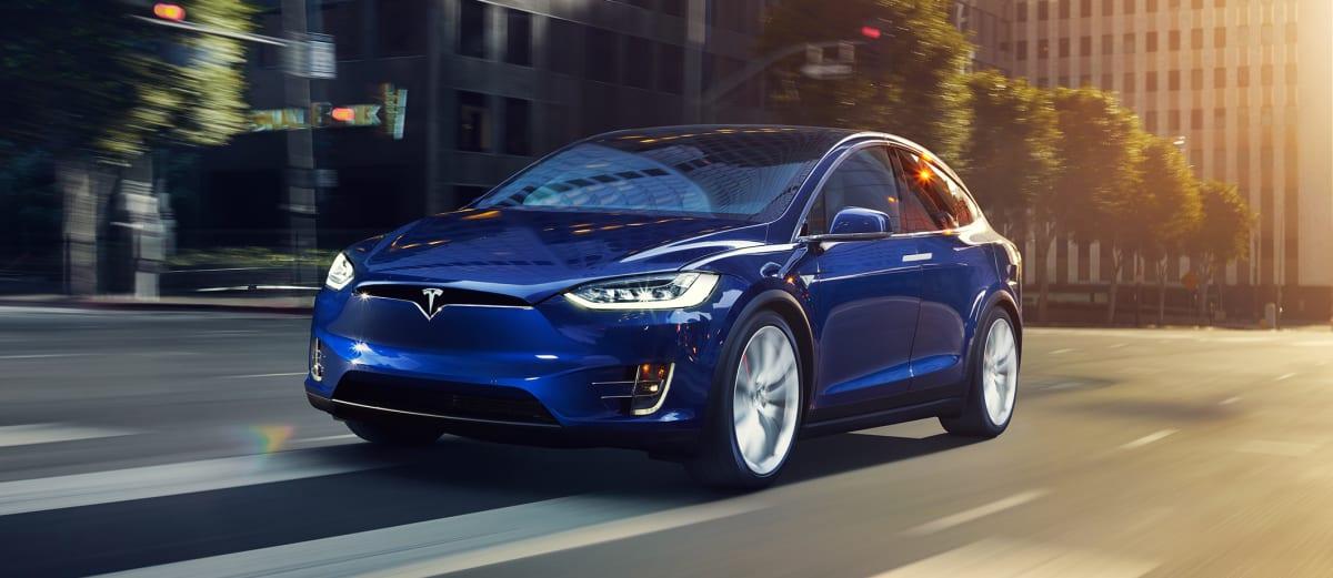 Tesla Model X fährt auf der Straße