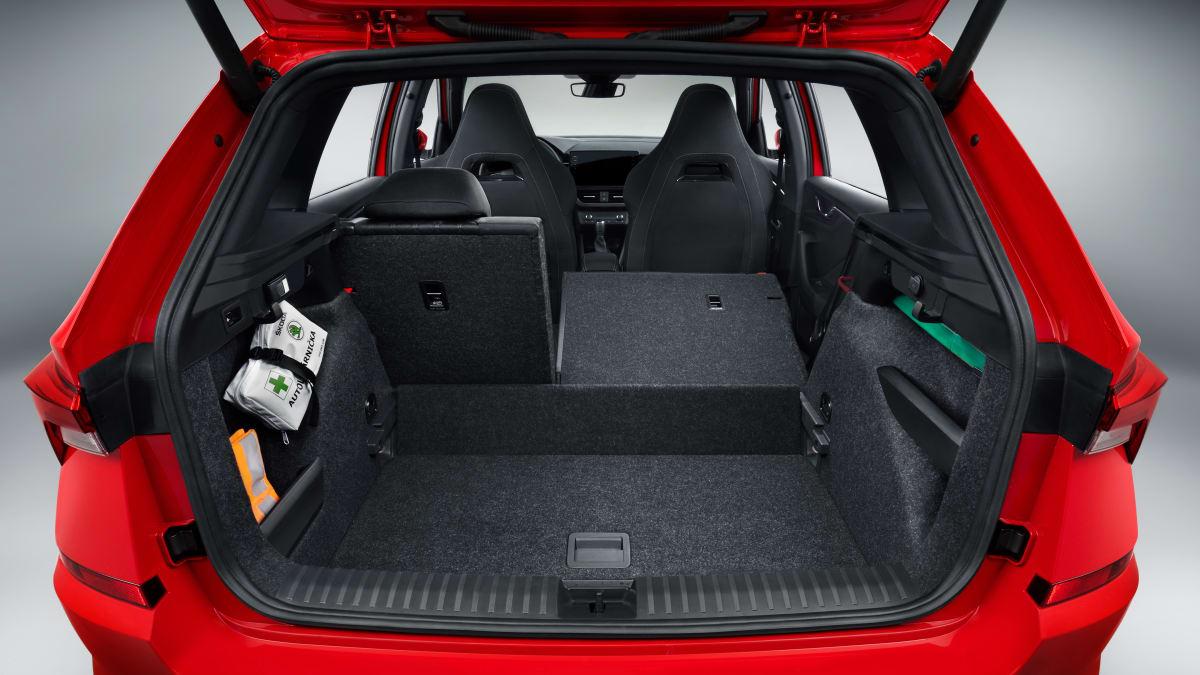 Kofferraum eines roten Skoda Kamiq